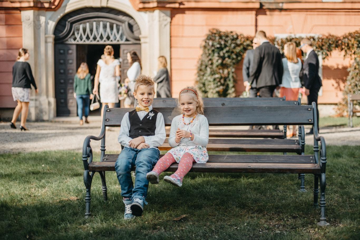 děti čekající na obřad