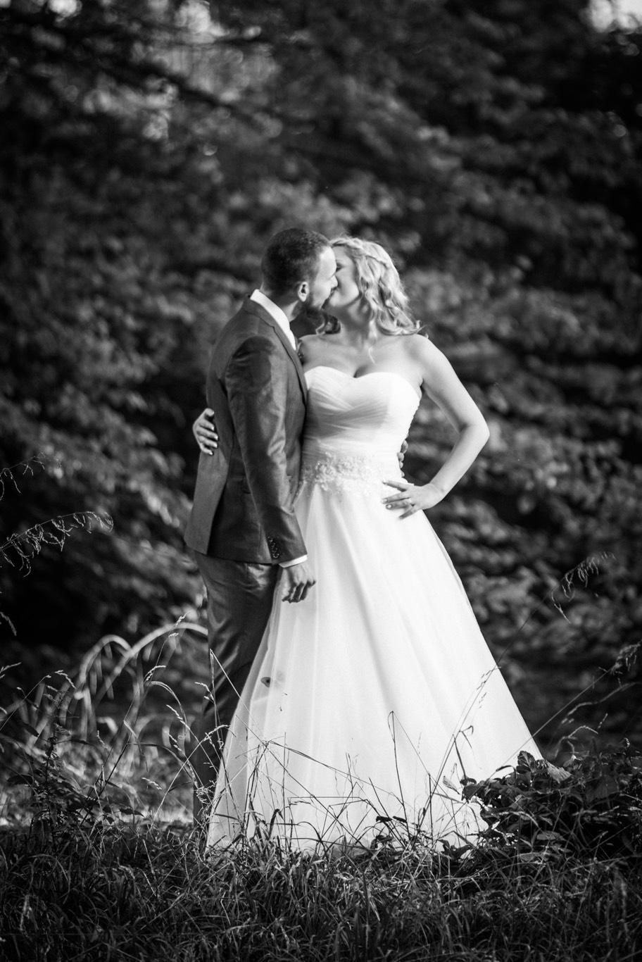 Polibek nevěsty a ženicha
