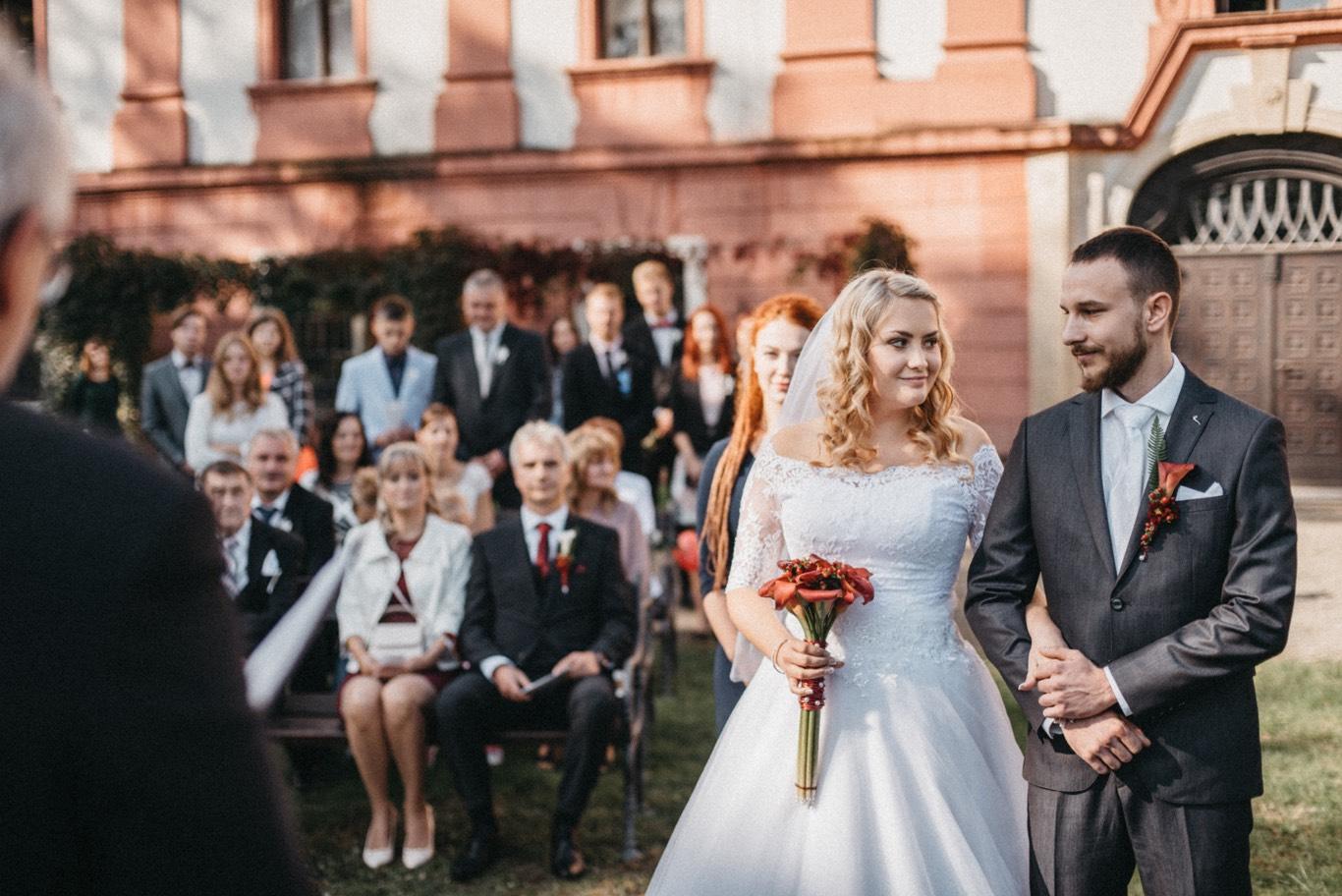 manželé před oltářem