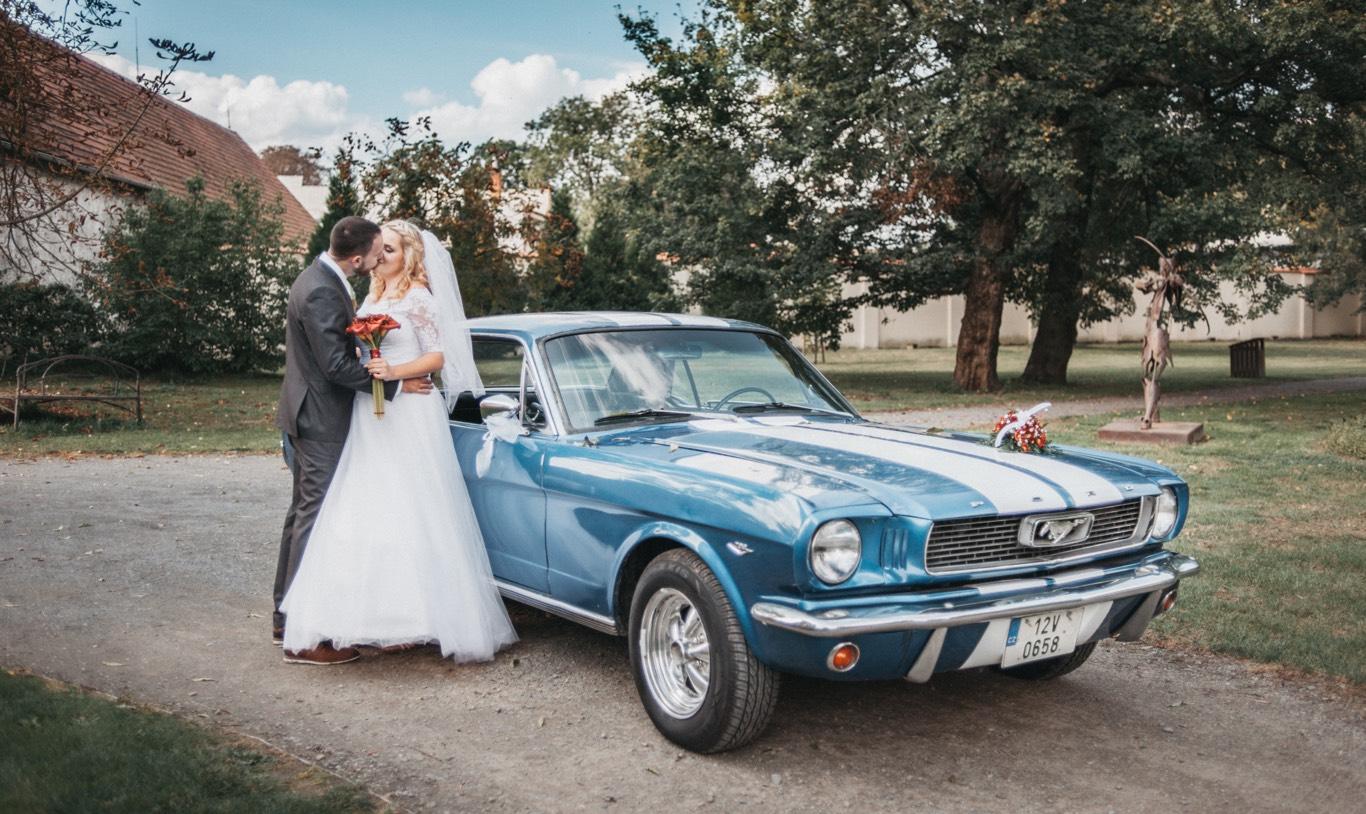 Vintage auto na svatbě