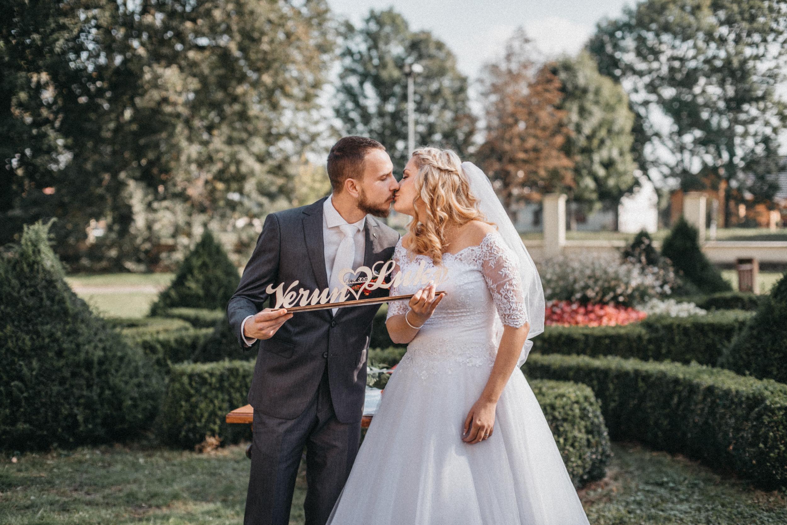 Polibek novomanželů vintage svatební fotografie