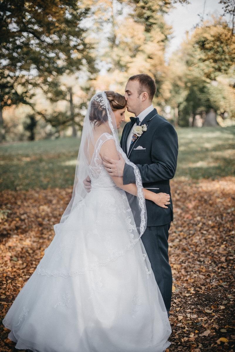 Portrét novomanželů v parku