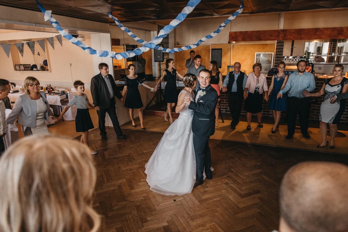 První tanec v kulturním domě ve Studénce