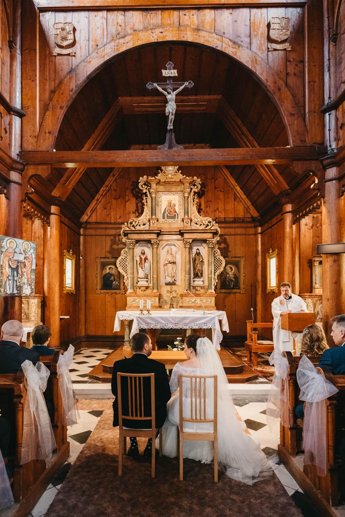 Svatba v dřevěném kostele